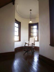Brauner Holz Schaukelstuhl im Wohnzimmer am Fenster